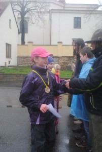 Předání medaile a gratulace vítězům